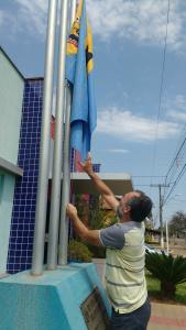 Prefeito José Domingues Ramos, Zé Cabelo, hasteou a bandeira do município a meio mastro